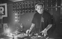 Klub Dole v úvode apríla pokrstí album Gudlak dvojice Logic a Gumbgu