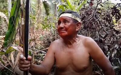Kmene v Amazonskom pralese so slzami v očiach pozorujú hrozivé požiare. Video zachytáva utrpenie pôvodných obyvateľov