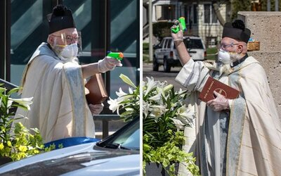 Kňaz striekal svätenú vodu na veriacich vodnou pištoľkou. Chcel dodržiavať dostatočný odstup