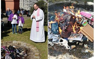 Kňazi v Poľsku pálili knihy aj Harryho Pottera. Vraj len počúvali slovo Božie