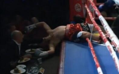 Knockout, ktorý si navždy zapamätá. Otrasený boxer vypadol po rane z ringu