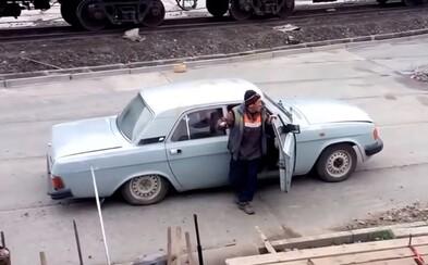 Kolik ruských dělníků se vleze do jednoho auta? Volga je odvezla v obrovském počtu i s nástroji