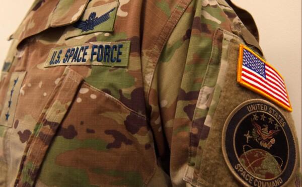 """Koľko stromov asi očakávate vo vesmíre? Nové uniformy """"vesmírnych vojakov"""" zožali na Twitteri sériu vtipov"""