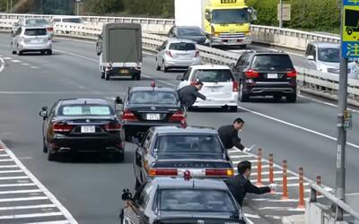 Kolóna áut japonského premiéra ukázala perfektne zorganizované zaradenie sa do premávky a vrcholovému štátnikovi tak zabezpečila pohodlnú jazdu