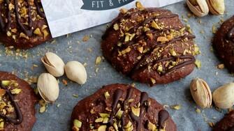 Kombinácia čokolády a orieškov nikdy nesklame. Skús tieto čokoládové koláčiky s pistáciami (Recept)