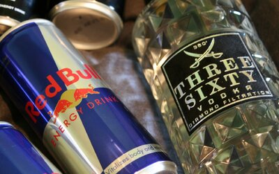 Kombinácia tvrdého alkoholu a energetických nápojov má rovnaký účinok ako fúkanie kokaínu, tvrdia vedci