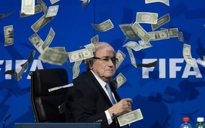 Komik zasypal Blattera falešnými bankovkami, upozorňoval tak na korupci v celém fotbale