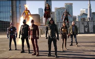 Komiksový crossover spája hrdinov televízie CW v boji proti mimozemšťanom úchvatným trailerom