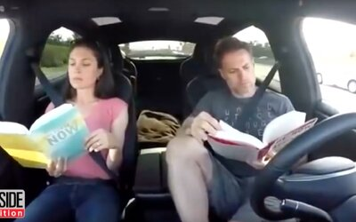 Kompilácia videí dáva jasne najavo, že majitelia Tesiel technológii Autopilot (až prehnane) veria