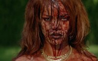 Kompletně nahá Rihanna unáší, hulí a vraždí v extrémním videoklipu Bitch Better Have My Money