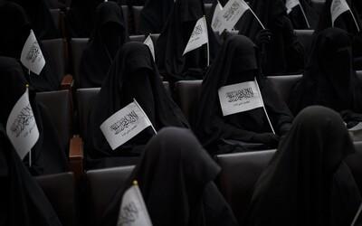 Kompletne zahalené ženy prišli podporiť Taliban na univerzitu v Kábule. Niektoré mali len sieťkový otvor na oči