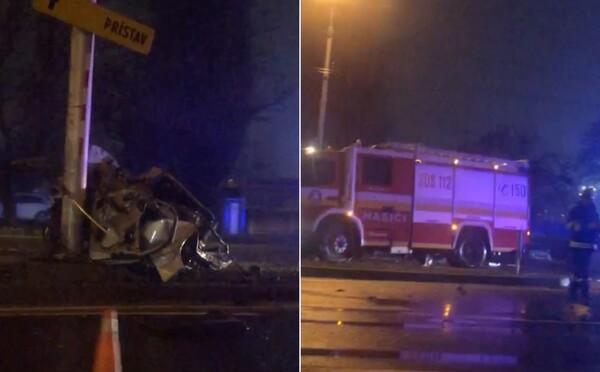 Kompletne zdemolované auto vedľa nepoškodeného stĺpu v Bratislave na Prievozskej: Zasahovali všetky záchranné zložky