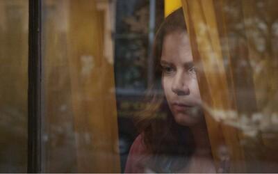 Kompletne zošalela, alebo sa zaplietla s nesprávnou rodinou? Film Žena v okne nabitý hviezdami sa ukazuje v traileri