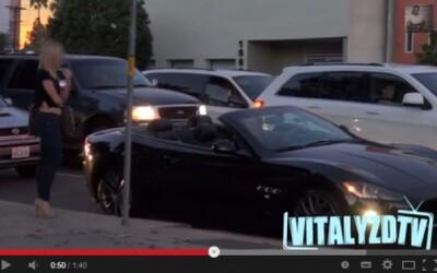 Komu dá dievča prednosť? Ojazdenému autu, alebo Maserati?