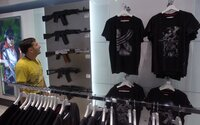 Koncern Kalašnikov si na moskovskom letisku otvoril vlastný obchod so suvenírmi. Predáva aj makety zbraní v skutočnej veľkosti