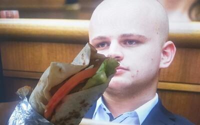 Konečne sa môže stať kebabárom. Z exposlanca Milana Mazureka si uťahuje celé Slovensko