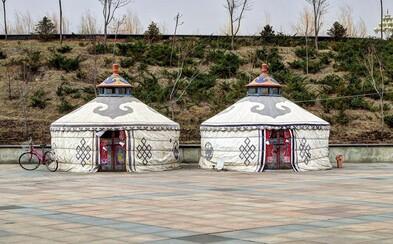 Kontrast medzi modernou dobou a tradíciami. Mongoli si hľadajú miesto v čínskom meste duchov