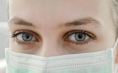 Koronavírus môže spôsobiť aj problémy s očami, tvrdia odborníci. Chrániť sa vraj môžeš slnečnými okuliarmi