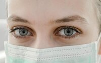 Koronavirus může způsobit i problémy s očima, tvrdí odborníci. Chránit se prý můžeš slunečními brýlemi