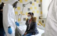 Koronavirus: Počet nakažených se konečně stabilizuje, ale nová epidemie si už vyžádala více než 800 životů