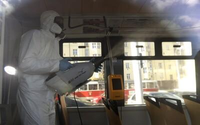 Koronavirus se na oceli udrží 72 hodin. Stejně dlouho zůstane i na umělohmotných materiálech