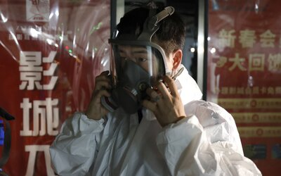 Koronavirus stále nepolevil: Čína eviduje největší přírůstek nakažených od dubna, Austrálie hlásí rekord