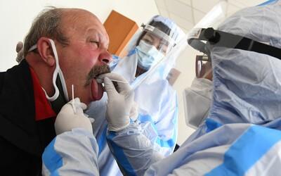 KORONAVIRUS: V Česku přibylo 1497 nových případů. Stouplo i reprodukční číslo