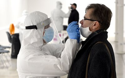 KORONAVIRUS: Ve středu přibylo 1047 nových případů. Roste i počet hospitalizovaných