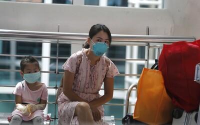 Koronavirus způsobuje nedostatek ochranných roušek a dalšího vybavení. Počet nakažených stoupl na téměř 35 tisíc.