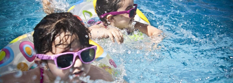 Korpulentná turistka si na kúpalisku začala holiť nohy. Žiletku oplachovala priamo v bazéne plnom detí