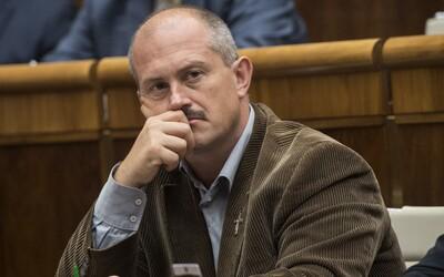 Kotleba dostal 500-eurovú pokutu za zámerné naťahovanie súdu, pred sudkyňou vyťahoval aj mešce