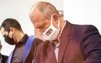 Kotleba na súde tvrdí, že má teplotu a vypýtal si prestávku. Rúško mal aj dnes pod nosom
