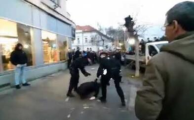 Kotlebovci na mítingu v Trnave hádžu po demonštrantoch hlinu či plechovky. Niektorých polícia spacifikovala obuškami