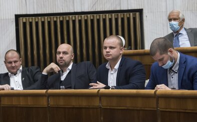 Kotlebovcom hrozí pokuta za nenosenie rúšok v parlamente. Juraj Šeliga na nich podal podnet
