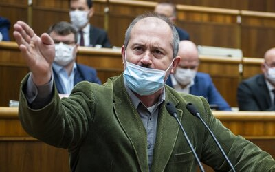 """Kotlebovcov vykázali z pléna NR SR, lebo nemali rúška. """"Tak nech sa s tým rúškom aj zadrhne,"""" odkázal nahnevaný šéf ĽSNS"""