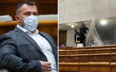 Kotlebovec Suja roztrhal ochranný igelit v parlamente, lebo je nervák a psychicky situáciu nezvláda, vyhlásil poslanec OĽaNO