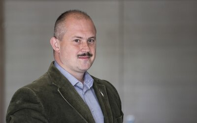 Kotlebu nadále soudí za šeky na 1 488 €. Znalci mluví o neonacismu, on tvrdí, že jde o shodu náhod