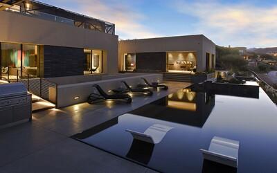 Kouzelné rezidenci dominují otevřené prostory. Leží na okraji Las Vegas a majitel si může užívat dokonalý výhled