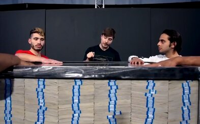 Krabicu plnú peňazí vyhrá ten, kto na nej bude mať najdlhšie ruku. Posledný challenge MrBeasta o 1 000 000 dolárov bude live