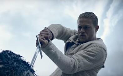 Král Artuš se v epickém traileru s mamuty a středověkými bitvami plnými krve pokusí sjednotit lid a svrhnout tyrana
