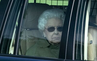 Královna Alžběta II. kvůli koronaviru opouští Londýn. Zrušila zahradní oslavy a přesune se na venkovské sídlo