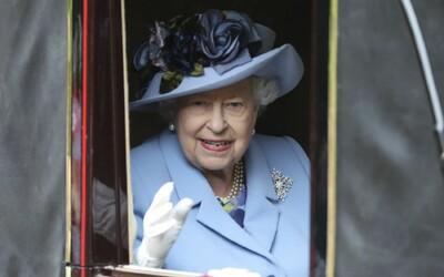 Kráľovná Alžbeta II. vymenila pravú kožušinu za napodobeniny. Palác nepodporuje týranie zvierat