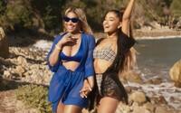Krásna Ariana Grande sekunduje v plavkách morskej panne Nicki Minaj
