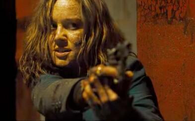 Krásna drsňáčka Brie Larson a 11 ďalších magorov po sebe strieľa v krvavom a vtipnom traileri akčňáku Free Fire