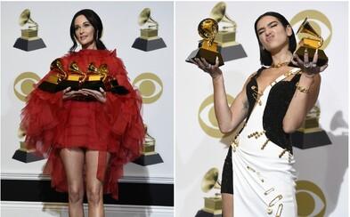 Krásná Dua Lipa v róbě Versace nebo vyzývavá country hvězda. Outfity na letošních Grammy byly pestré