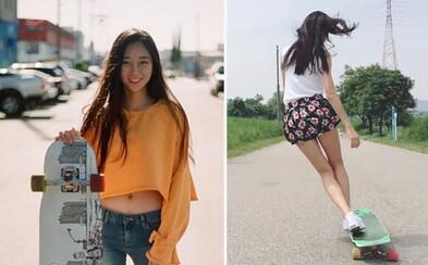 Krásna Kórejčanka spája tanec s jazdou na longboarde. V minisukniach či kraťasoch sa na ňu ľudia nevedia vynadívať
