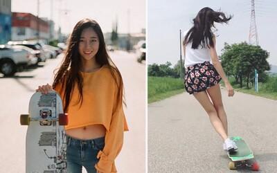 Krásná Korejka spojuje tanec s jízdou na longboardu. V minisukních či kraťasech se na ni lidé nedokáží vynadívat