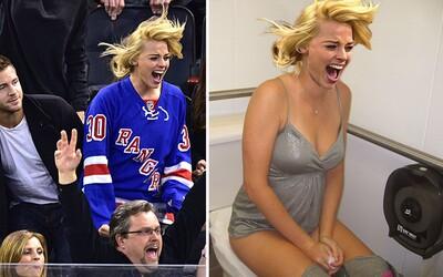 Krásná Margot Robbie se na hokeji nechala unést emocemi a internet hned věděl, co s její fotkou musí udělat