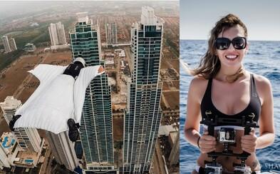 Krásná parašutistka s wingsuitem proletěla mezi dvěma mrakodrapy, málem ale došlo k neštěstí