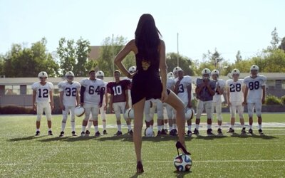 Krásna rodáčka z Brazílie, Adriana Lima, ukazuje americkým futbalistom, čo je to pravý futbal